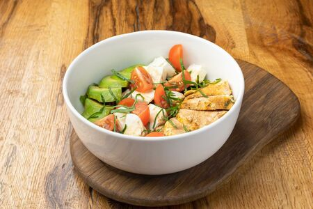 Салат с курицей, моцареллой и авокадо