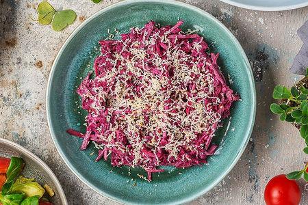 Салат из нежной говядины с копченым сыром сулугуни