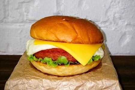 Гамбургер с чеддером и моцареллой