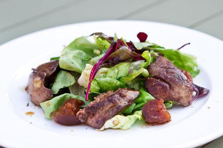 Салат с куриной печенью и инжирной заправкой