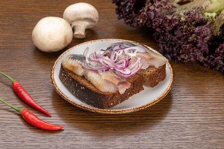 Сельдь с бородинским хлебом