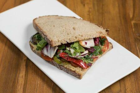 Сэндвич с хумусом и овощами-гриль