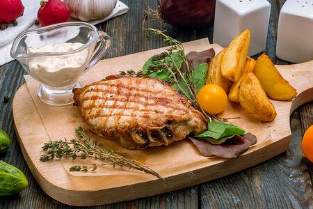Свиная корейка на гриле с запечённым картофелем