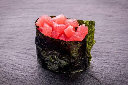 Суши гункан с тунцом