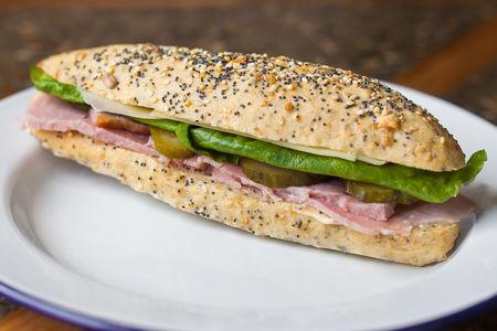 Сэндвич с вареным окороком, корнишонами и сыром