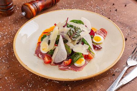 Салат с пастрами и перепелиным яйцом