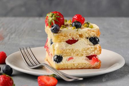 Торт со свежими ягодами и кремом маскарпоне