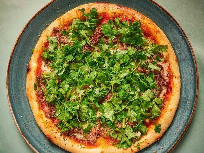 Пицца с бараниной и кинзой