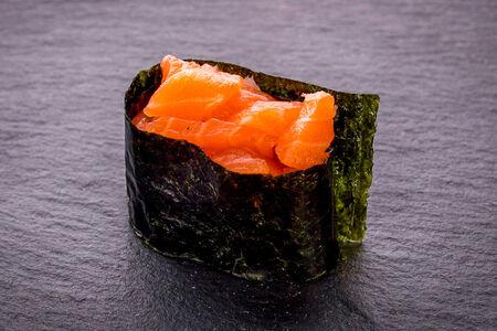Суши гункан с лососем