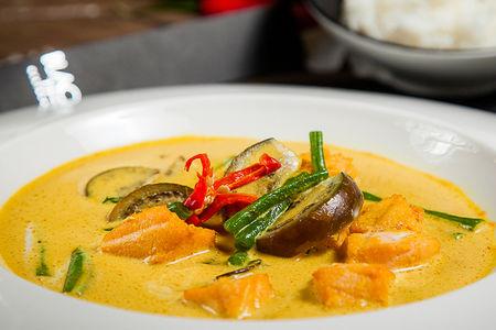 Желтое карри с семгой и тайскими баклажанами