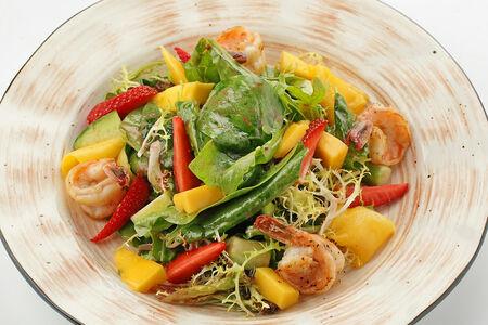 Салат с креветками, манго и клубникой