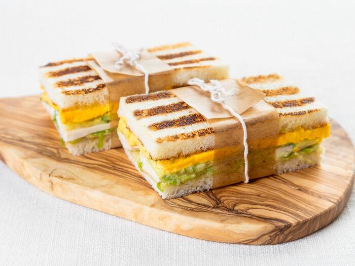 Сэндвич с курицей и отварным яйцом