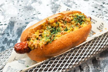 Хот-дог с говяжьей сосиской с луком и горчичным соусом