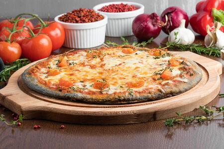 Пицца Болоньез на черном тесте