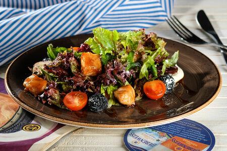 Легкий салат с жареным лососем
