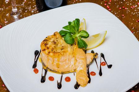 Филе лосося с тартаром из морепродуктов