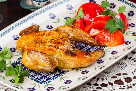 Фермерский цыпленок из печи с салатом из томатов
