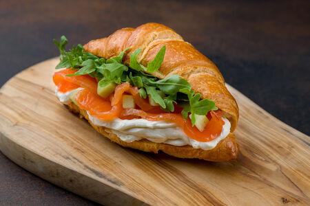 Сэндвич с лососем и огурцом