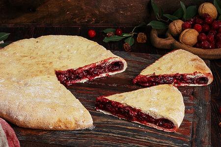 Пирог осетинский с вишней и арахисом