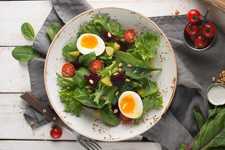 Салат со шпинатом, свеклой и кедровыми орешками
