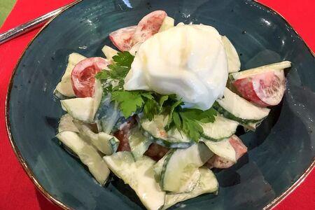 Салат Домашний овощной с яйцом пашот
