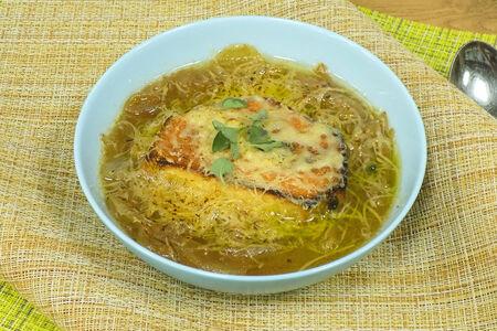 Луковый суп с сыром Грюйер