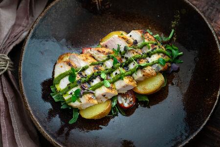 Тальята из куриной грудки с картофельным салатом