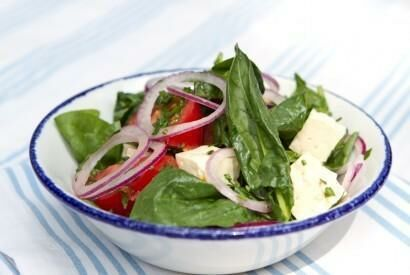 Салат с брынзой, шпинатом и помидорами