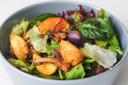 Теплый салат с грибами и картофелем