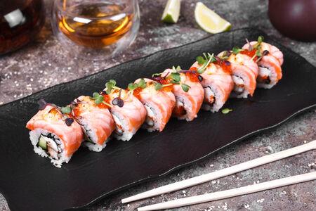 Ролл запеченный сливочный с лососем и красной икрой