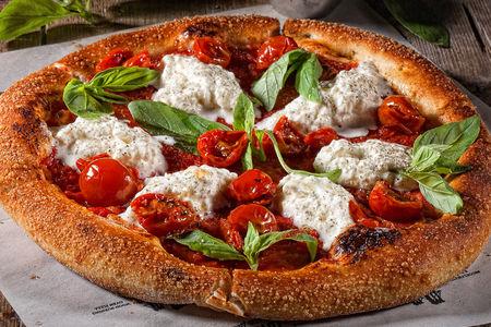 Пицца Страчателла с томатом и свежим базиликом