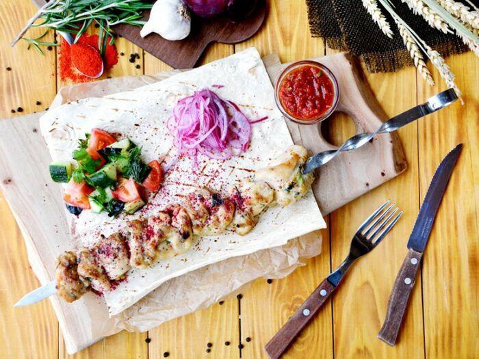 Шашлык из куриного бедра с салатом из свежих овощей