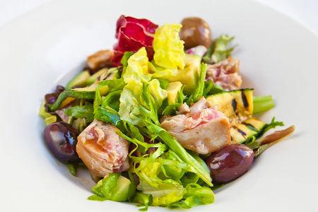 Салат из тунца с кабачком, авокадо и мятой