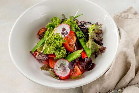 Овощной салат со спелым зеленым горошком