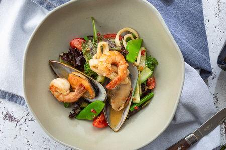 Салат с морепродуктами и хрустящим овощным миксом