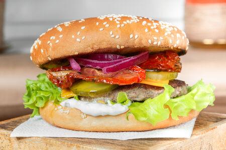 Бургер с вяленым томатом
