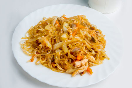 Лапша Харусаме с лососем и креветками в устричном соусе