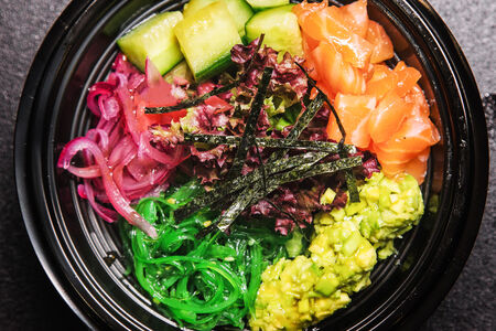 Поке с листьями салата и лососем
