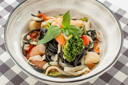 Спагетти Неро с морепродуктами и болгарским перцем