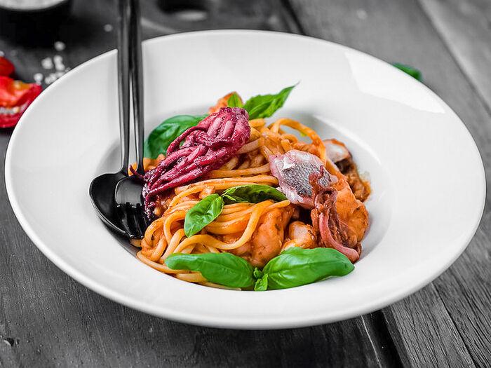 Лингвини с морепродуктами в томатном соусе