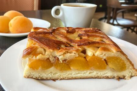 Пирог со свежим абрикосом