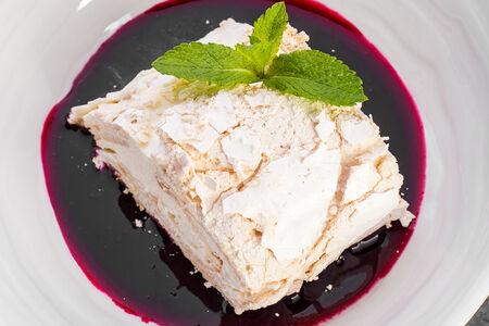 Легкий торт безе с ягодным соусом