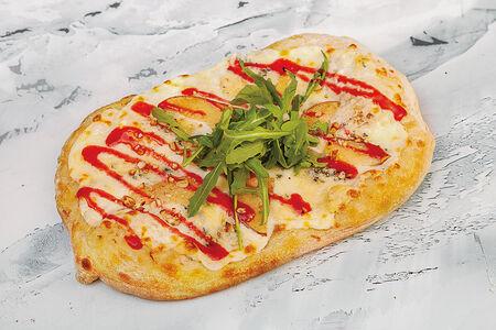 Пиццетта с грушей и сыром с голубой плесенью