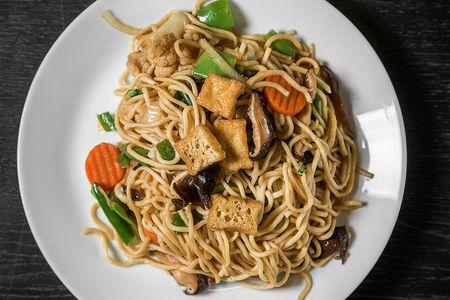Лапша удон с тофу, грибами и овощами