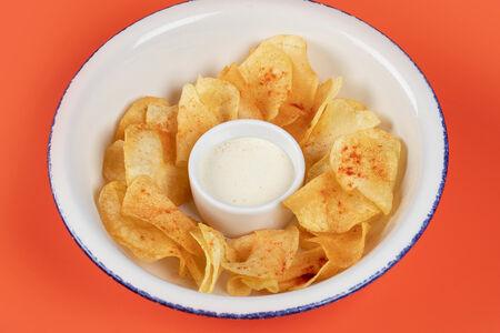 Картофельные чипсы с соусом Блю чиз