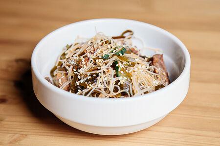 Салат с телятиной и рисовой лапшой