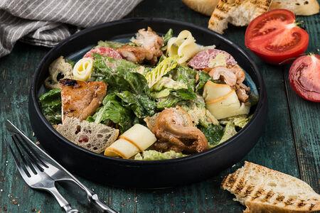 Теплый салат с курицей и копченным сыром сулугуни