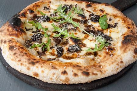 Пицца со сморчками и черным чесноком