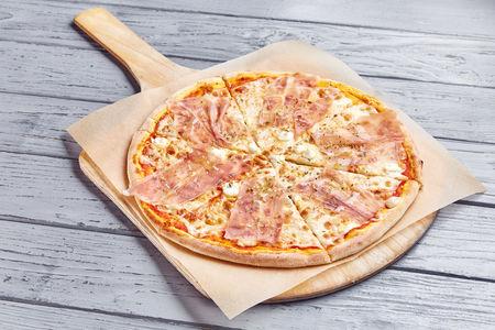Пицца с пармской ветчиной и сливочным сыром