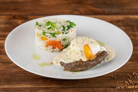 Сочный бифштекс с яйцом-пашот и рис с овощами по-анжуйски